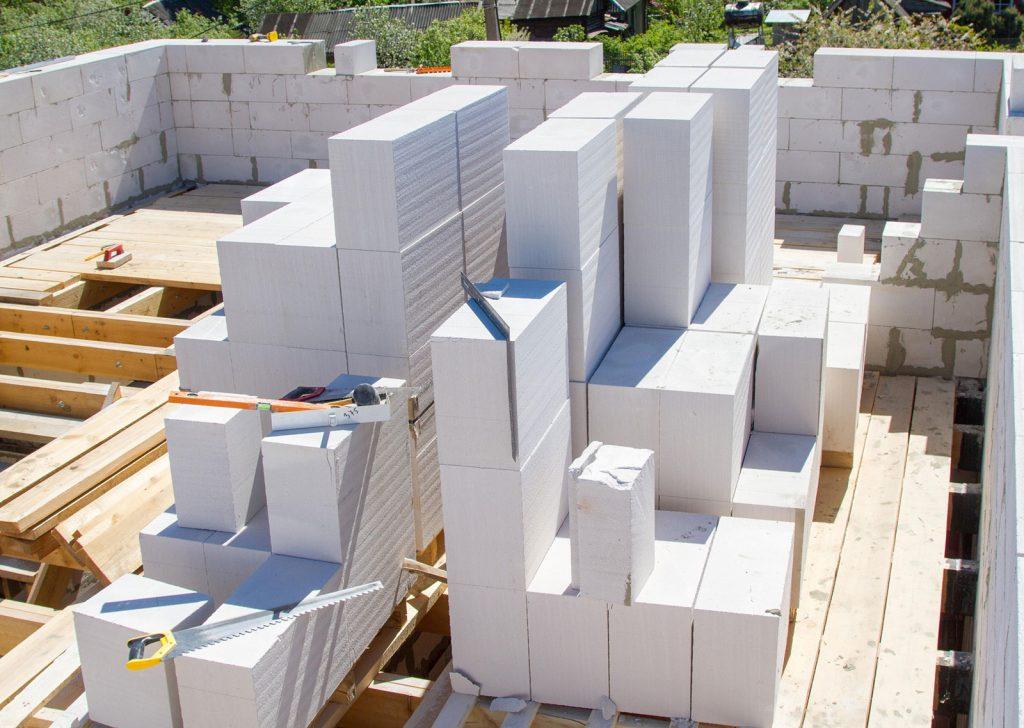 Сравнение бетонного блока и кирпича